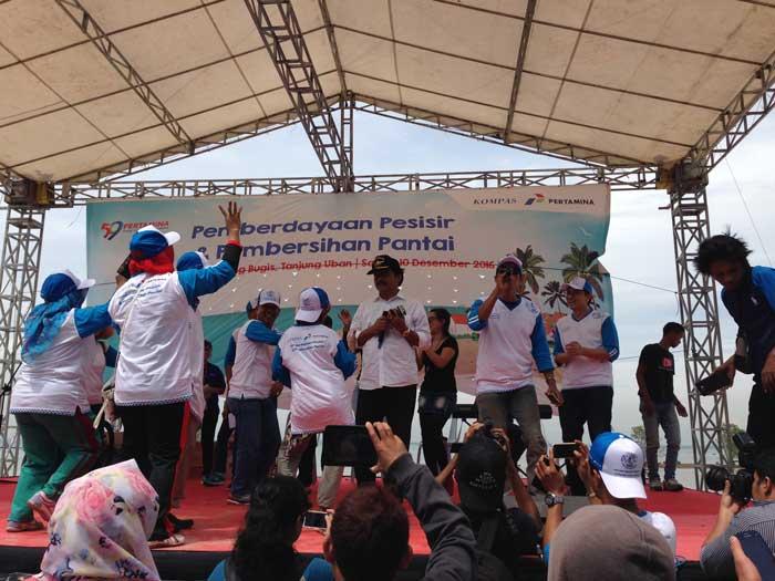 Gubernur Kepri Nurdin Basirun yang bernyanyi setelah memberikan sambutan