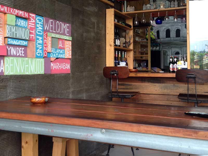 Meja panjang untuk nongkrong rame-rame