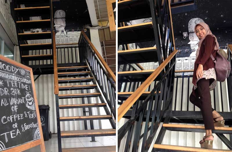 Di tangga menuju ke lantai 2
