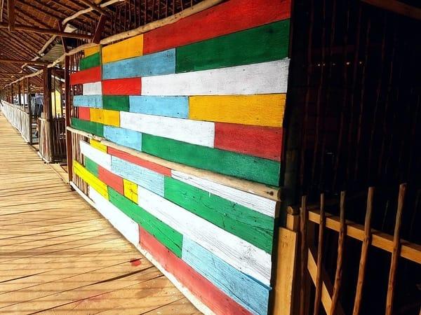 Dinding warna-warni yang menarik