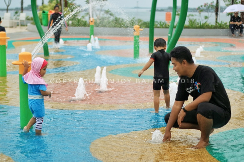 Bermain di Water Playground