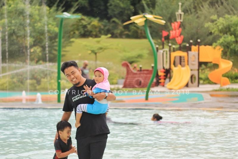 Bermain bersama anak-anak di kolam renang
